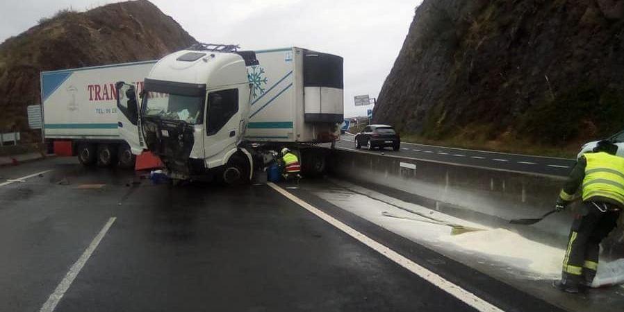El accidente de un camión corta la autovía A8 sentido Santander en Saltacaballo