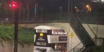Un autobús de dos pisos queda encajado debajo de un puente en Irlanda