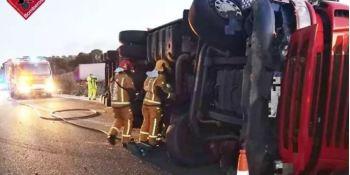Un camionero herido leve al volcar su vehículo en la A-7
