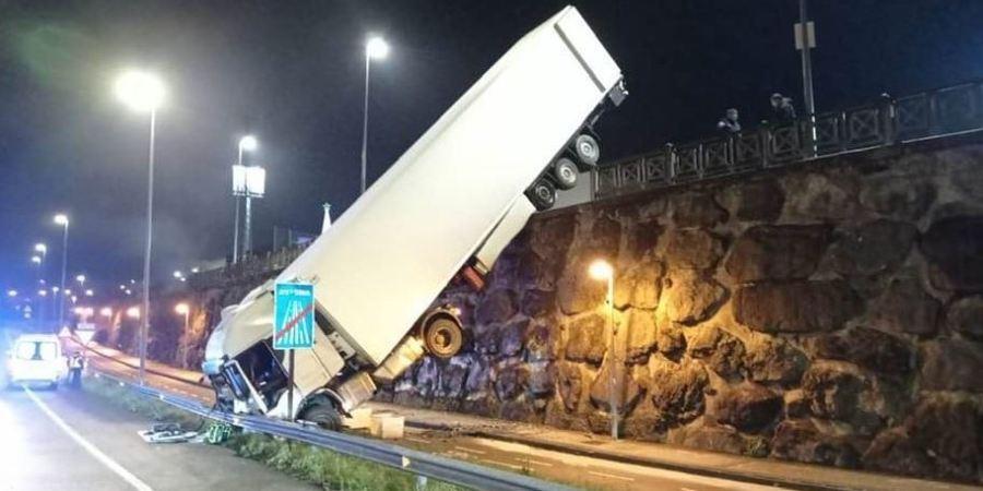 Un camión cae de un desnivel de cinco metros en Lasarte-Oria.