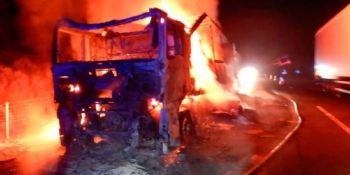 El fuego calcina un camión en la A-6 en León