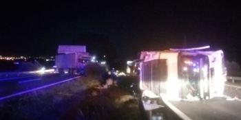 Cortada la AP-7 por un accidente en el Km. 320 con dos camioneros heridos
