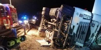 Herido un camionero tras volcar su vehículo en la A-7 a la altura de Puerto Lumbreras