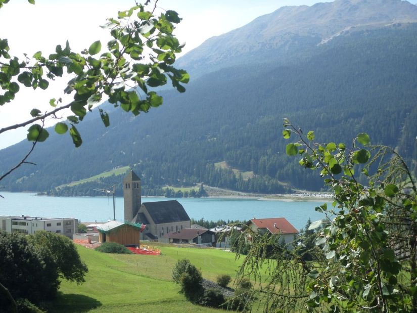 lago di Resia in Val Venosta visto dal sentiero numero 2