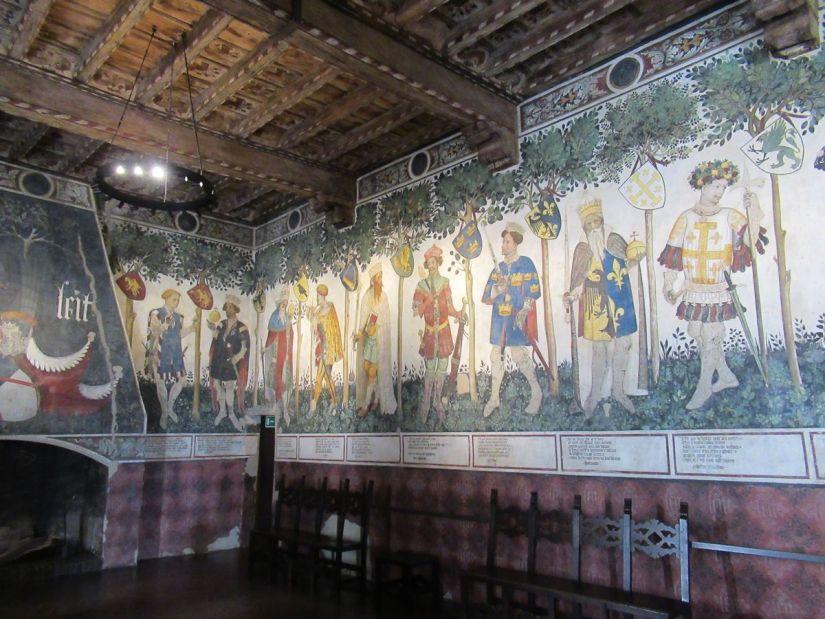 i nove eroi nella sala baronale del castello della Manta