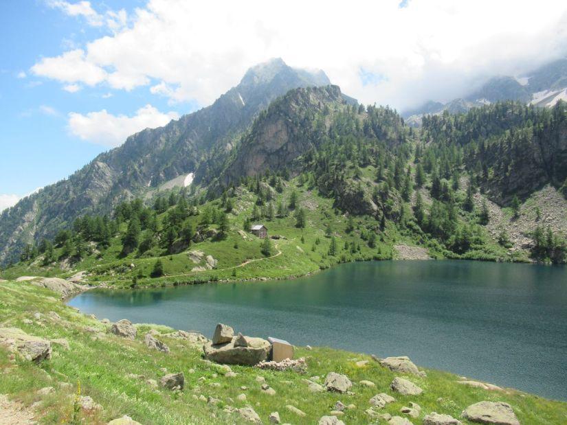 il rifugio Livio Bianco si trova sulle rive del lago Sottano della Sella