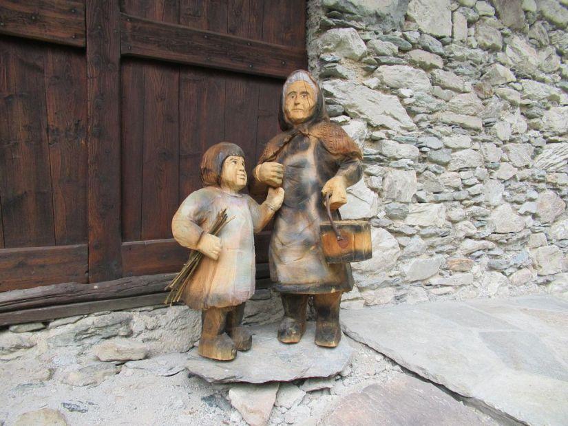 sculture in legno nella borgata Torrette a Casteldelfino