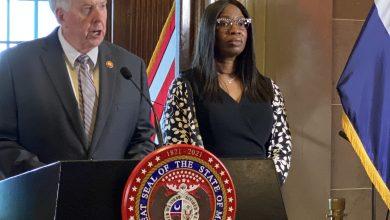 Juez Robin Ransom es presentada por el Gobernador el lunes 24 de Mayo, 2021 frente a su despacho en el Capitolio de Missouri. Ransom es la primera mujer afrodescendiente en acceder a la Corte Suprema del estado.