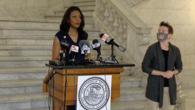 La Alcaldesa de St. Louis, Tishaura Jones, explica la eliminación de medidas de prevención como el uso de máscaras para los vacunados, según lo anunció la CDC el Jueves 14 de Mayo.