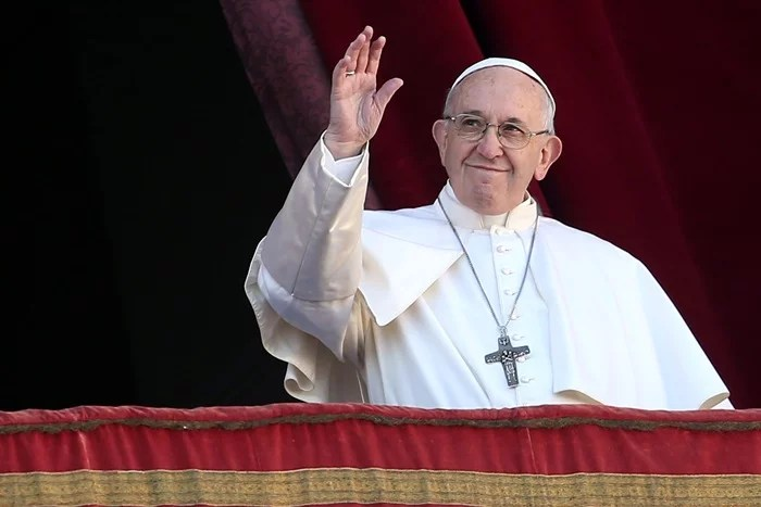 VATICAN CITY, VATICAN - DECEMBER 25: Pope Francis waves to the faithful as he delivers his Christmas 'Urbi et Orbi' blessing message from the central balcony of St Peter's Basilica on December 25, 2018 in Vatican City, Vatican. The Blessing 'Urbi et Orbi' (to the city and to the world) is recognised as a Christmas tradition by Catholics. (Photo by Franco Origlia/Getty Images)