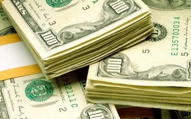 Dólar fica acima de R$4 ao longo de um mês inteiro pela 1ª vez na história