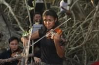 A jovem violinista, do Instituto Carlos Gomes, em sua apresentação