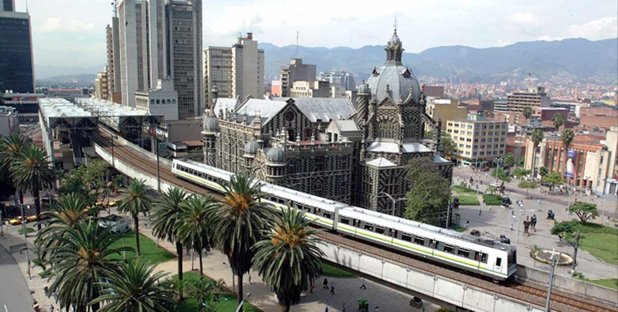 Medellín: destino que surpreende por sua alquimia de cores e simpatia de povo