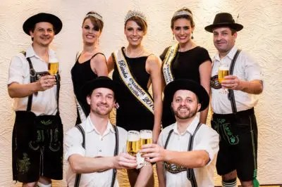 Participantes da Oktoberfest com trajes típicos alemães. Todos estarão no Salão Paranaense de Turismo. (Foto: Michel Campestrini)