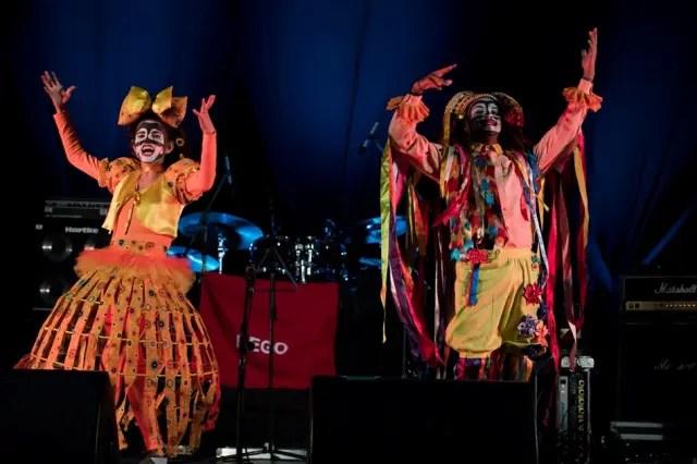 Os atores brasileiros Rebeca Oliveira e Fagner Saraiva também prometem animar a mostra com danças e narrativas teatrais associadas à tradição das festas juninas (Foto: divulgação)