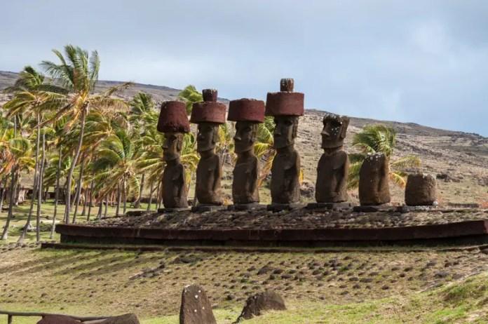 A praia possui os moais Ature Huki e Nau Nau, restaurados em 1954