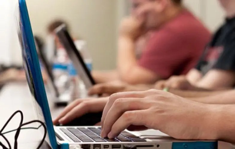 Universidade Federal Fluminense adere a sistema digital, no Rio