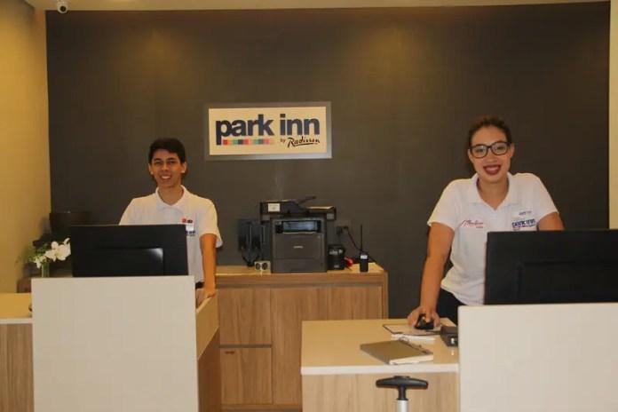 Com o slogan Adding color to life o Park Inn By Radisson Santos passa um espírito e um astral jovial a quem se hospeda. Na foto, Leandro e Caroline, na recepção (Crédito: DT)