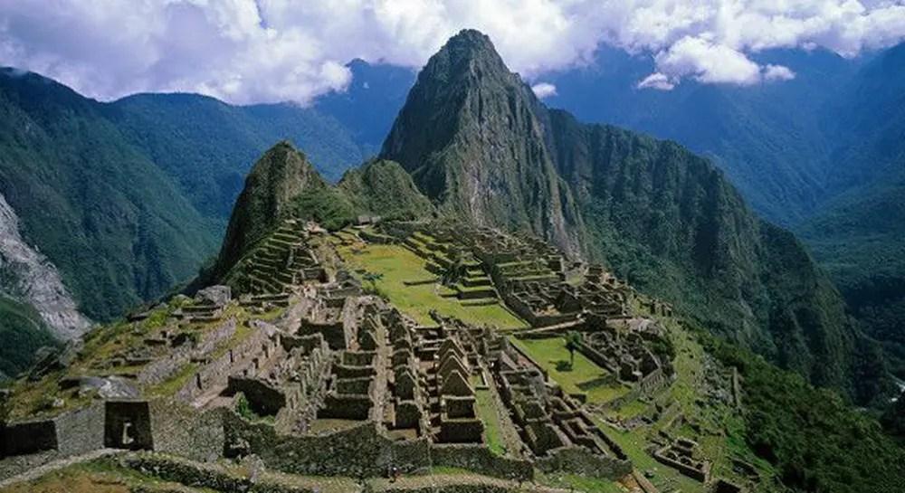 Segundo informações do Ministério do Comércio e Turismo do país, cerca de 70 mil a 100 mil turistas visitam Machu Picchu a cada mês (Foto: BBC)