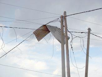 Luego del viento: Una chapa pende del cableado.