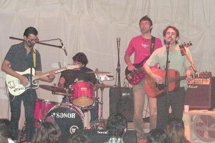 El artista junto a los músicos que lo acompañaron.