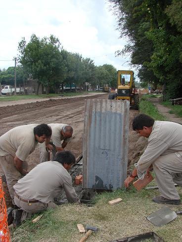 Personal de la CEyS trabaja en la pavimentación.