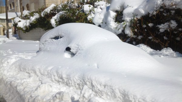 Automóvil sepultado por la nieve.