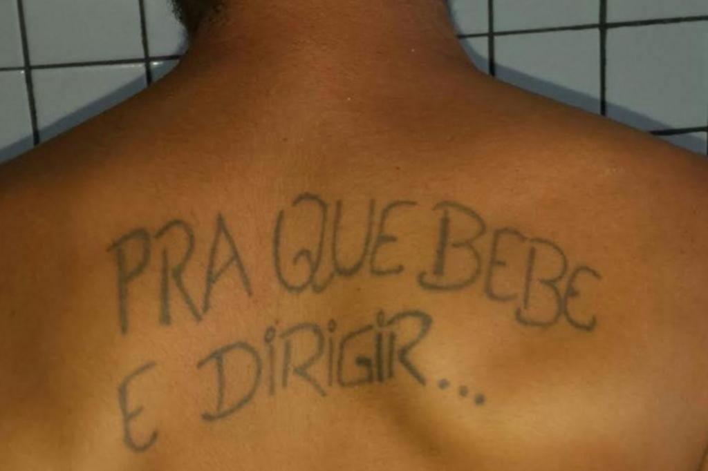 Homem com tatuagem sobre beber e dirigir é preso por... pilotar embriagado PRF Piauí/Divulgação