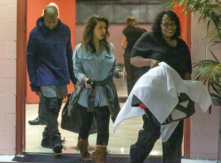 Kim lució muy natural con una cara libre de maquillaje, unas leggins negras y camisa de jean