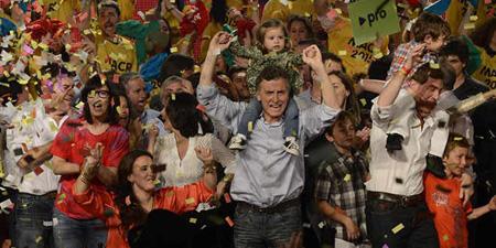 """""""Voy a ser el presidente del cambio en 2015"""", dijo Macri al celebrar el triunfo del Pro en Buenos Aires, rodeado de jóvenes con camisetas de """"Macri 2015"""""""
