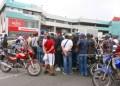 Desde la madrugada del pasado miércoles comenzaron a aglomerase gran cantidad de personas en las afueras de los concesionarios Empire de país.
