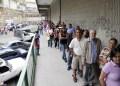 *La larga fila rodeó el estacionamiento del Centro Comercial La Hoyada de Los Teques