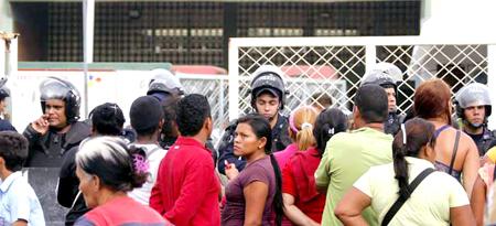 Los familiares de los 300 reclusos penados, recluidos en el retén El Marite, se alzaron ayer en la mañana