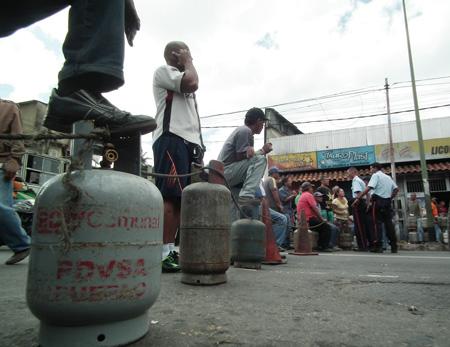 Durante horas de la mañana de este miércoles, vecinos protestaron en la avenida Bertorelli Cisneros de Los Teques con bombonas de gas para exigir el despacho regular del producto.