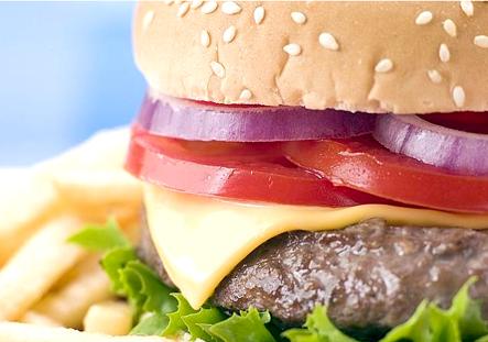 Una hamburguesa, contaría, a su vez, con 23 gramos de proteínas, el 20% de calcio recomendado para un adulto al día y el 7% de fibra