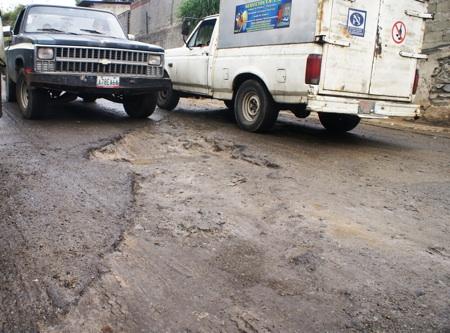 """Hace más de un mes los habitantes esperan por la reparación de un tubo de aguas blancas """"abrieron las calles y dejaron todo así porque el agua sigue botandose¨"""