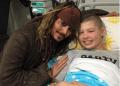 Johnny Depp sorprendió visitando a niños de hospital vestido como Jack Sparrow