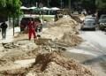 Debido a los trabajos en la calle solo hay un canal habilitado para la circulación de los vehículos