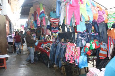 Se ven en cada rincón, quizás no los habías visto antes peor es que con la cercanía de la Navidad los comerciantes informales proliferan en las calles tequeñas