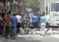 Un mes sin liquido detonó la ira de los vecinos de Barrio Nuevo, quienes con piedras y tablas impidieron el paso vehicular.