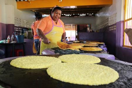 Masa de maíz es llevada como pan caliente por compradores