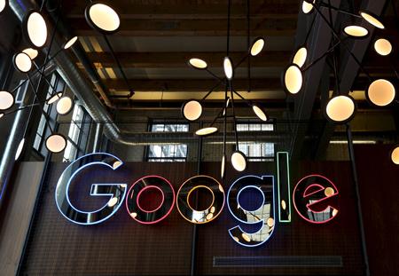 """Google ha intentado hacer el servicio más eficaz integrando funciones de inteligencia artificial. A modo de ejemplo, """"Allo"""" propone una serie de respuestas para cada mensaje recibido."""