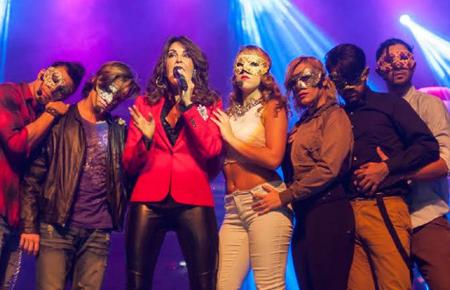 """Elisa Rego, quien vive en Miami y está de visita en el país, fue la encargada de interpretar el icónico tema """"Aire""""."""