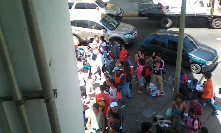 Los jóvenes recorrían las largas colas para comprar comida cuando fueron retenidos por la GNB