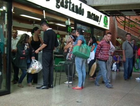 En el automercado San Diego fueron expendidos aceite, margarina, papel tualé  y harina desde las 8:00 am de este martes