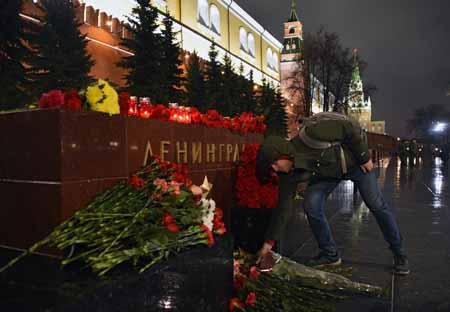 Personas se han acercado al lugar de los hechos para llevar ofrendas en memoria de los caídos