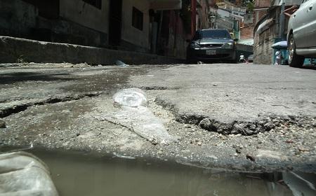 Aguas putrefactas circulan por la calle Ramón Vicente Tovar Foto: Irbel Useche