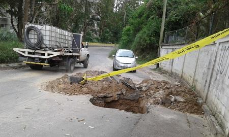 La falta de mantenimiento y atención han causado problemas en las tuberías, provocando así el deterioro de las vías.