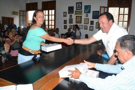 01-01Alcalde entregó la donación y conversó con los padres y representantes.