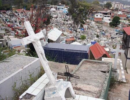 Madre denunció que la tumba de su hijo la destrozaron